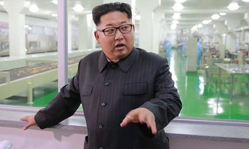 Nhà lãnh đạo Kim Jong-un tại một nhà máy ở Bình Nhưỡng. Ảnh: Guardian.