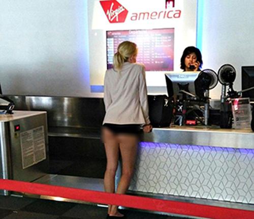 Bức ảnh chụp lại cảnh người phụ nữ này tại một quầy làm thủ tục lên máy bay của hãng hàng khôngVirgin America