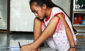Nữ sinh lớp 4 viết chữ bằng chân mơ ước làm cô giáo