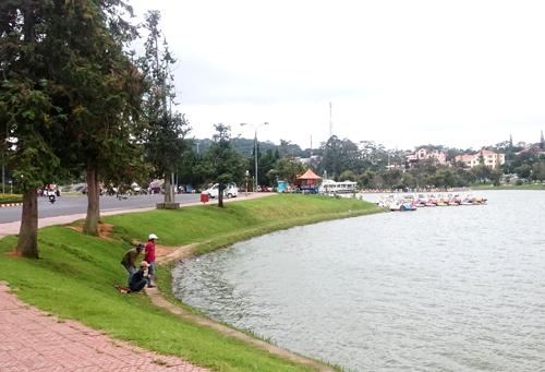 Khu vực xe đẩy chở bé trai bị gió thổi xuống hồ Xuân Hương. Ảnh: Khánh Hương