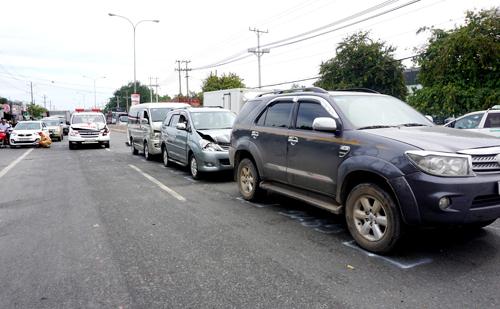 Đoàn xe tông liên hoàn trên quốc lộ 13. Ảnh: Nguyệt Triều