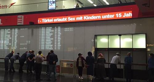 dòng chữ tại sân bay viết Thổ Nhĩ Kỳ cho phép quan hệ với trẻ em dưới 15 tuổi.