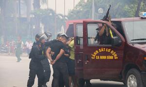 Cảnh sát cơ động diễn tập khống chế côn đồ đòi nợ thuê