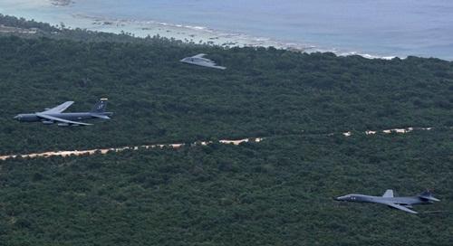 B-1, B-2, B-52 bay thành đội hình trên đảo Guam. Ảnh: USAirforce