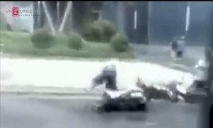 Bão Thần Sét quật ngã hàng loạt xe máy ở Hà Nội