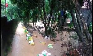 Nước mưa cuộn đất đá vào hàng loạt nhà dân ở Quảng Ninh
