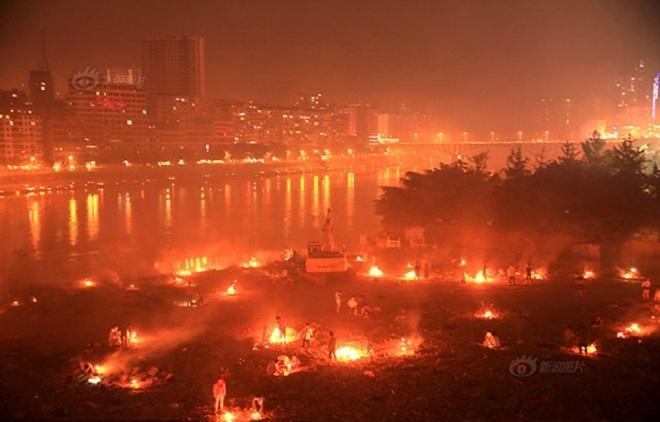 Sông Trung Quốc đỏ rực vì đốt vàng mã cúng cô hồn