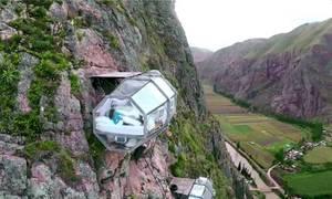 Khách sạn cheo leo vách núi