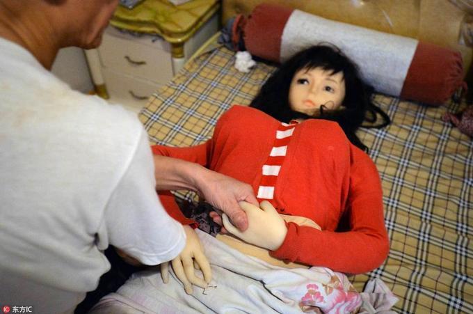Ông lão 70 tuổi kiện nhà sản xuất búp bê tình dục Trung Quốc