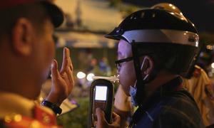 Uống bao nhiêu cốc bia khi lái xe sẽ bị phạt?