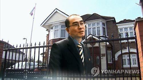 Phó đại sứ Triều Tiên Thae Yong-ho và Đại sứ quán nước này ở Anh. Ảnh: Yonhap