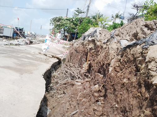 Đoạn lộ bị sụp lún sâu hơn mặt đường cũ gần một mét. Ảnh: Phúc Hưng