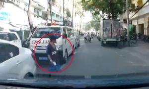Đi bộ sang đường không quan sát suýt bị ôtô tông