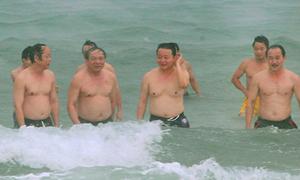 Bộ trưởng Trần Hồng Hà tắm biển dưới mưa