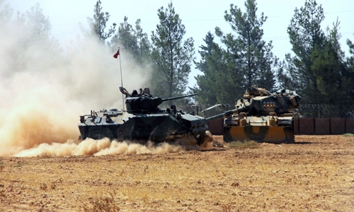 Xe tăng Thổ Nhĩ Kỳ tại khu vực biên giới với Syria. Ảnh: AP.