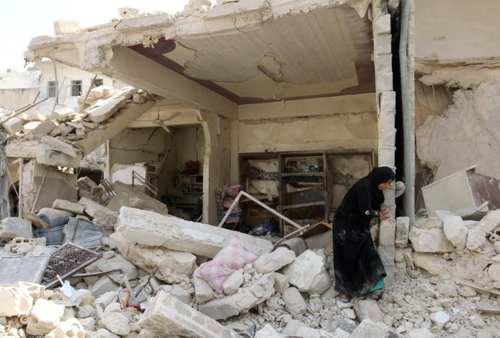 Một phụ nữ A woman inspects the damage after an airstrike in the rebel held Bab al-Nairab neighborhood of Aleppo, Syria, August 25, 2016.