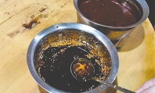 Chủ nhà hàng thừa nhận đã cho vỏ quả cây anh túc vào dầu ớt để thực khách bị nghiện đồ ăn. Ảnh: SCMP.