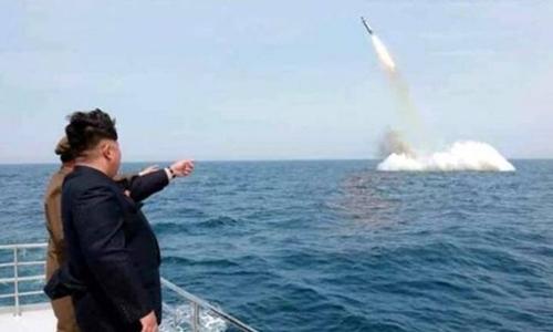 Truyền thông Triều Tiên cho biết ông Kim Jong-un đã đích thân quan sát vụ thử tên lửa đạn đạo từ tàu ngầm. Ảnh: KCNA.
