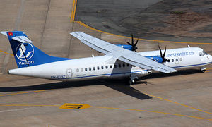 Máy bay bị xe chở hàng đâm móp cửa ở Tân Sơn Nhất