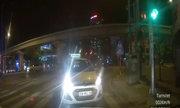 Ôtô không nhường đường, taxi ngược chiều leo vỉa hè thoát thân
