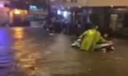 Bão chưa vào, đường Hà Nội đã biến thành sông