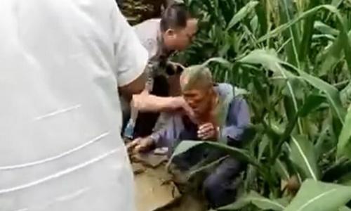 Hình ảnh bí thư thôn đẩy ngã cụ già 80 tuổi trên mạng xã hội Trung Quốc. Ảnh: Paper.cn