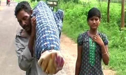 Chồng vác thi thể vợ đi 10km vì không có xe cấp cứu
