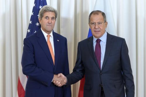 Ngoại trưởng Mỹ John Kerry và người đồng cấp Nga Sergei Lavrov bắt tạy tại Geneva. Ảnh: AFP