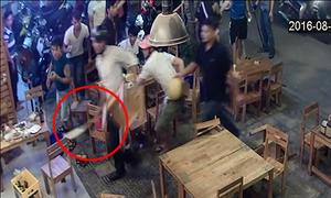 Khách nhậu bỏ chạy tán loạn vì côn đồ ập vào quán cầm dao đập phá