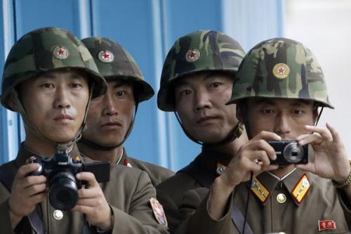 Binh sĩ Triều Tiên tại làng biên giới Bàn Môn Điếm. Ảnh: AP