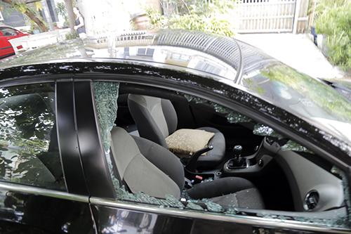 Ô tô bị đập vỡ kính. Ảnh: Nguyệt Triều