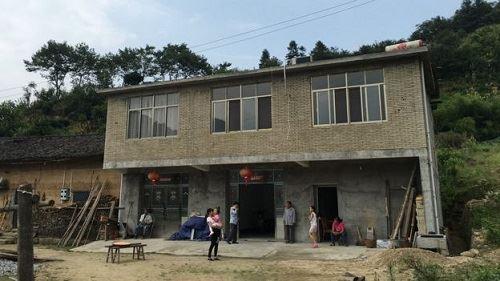 [Caption]ngôi nhà mới của anh, mới được xây dựng 3 năm trước, điều đó vẫn chưa đủ để thuyết phục họ ở lại làm vợ của Xiong.