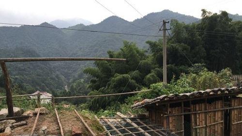 Để đến được ngôi làng, mọi người phải mất một giờ chạy xe máy chậm chạp qua con đường đất dốc không khác gì đi bộ