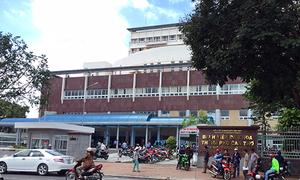 Bệnh nhân HIV cầm kéo rượt bác sĩ chạy tán loạn