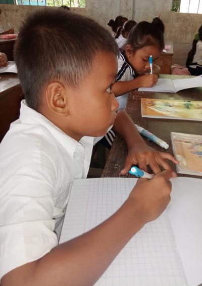 Nhiều học sinh đành bỏ giấy trắng vì không thể viết thời khóa biểu giáo viên chép lên bảng. Ảnh: Phúc Hưng