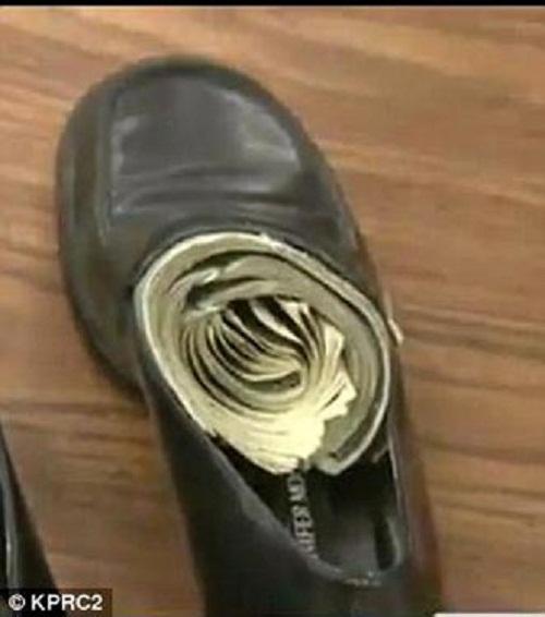 Giấu tiền trong giày hoặc dưới lớp đệm giày.