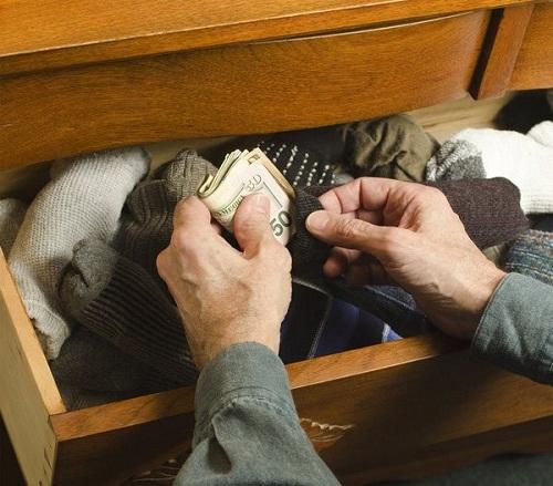 Nhét tiền vào những chiếc vớ sạch và cuộn tròn lại.
