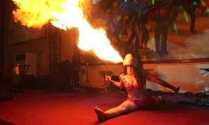 Nghề múa lửa mưu sinh của cô gái 9x