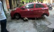 Ôtô đỗ vỉa hè bị trộm vặt sạch 4 bánh xe
