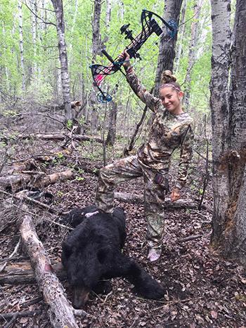 Aryanna Gourdin tươi cười bên con mồi săn được. Ảnh:
