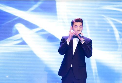 Isaac là ca sĩ khách mời tại sự kiện. Diện vest lịch lãm nhưng nam ca sĩ vẫn thể hiện vũ điệu sôi động một cách điêu luyện.