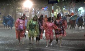 Người dân 'tắm mưa' ngày khai trương không gian đi bộ hồ Gươm