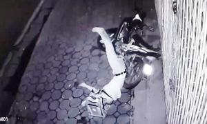 Thanh niên say rượu nằm đau đớn vì lao xe máy vào nhà dân