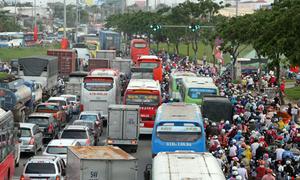 Cửa ngõ Sài Gòn ùn tắc vì người dân về quê nghỉ lễ
