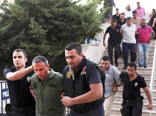Cảnh sát áp giải binh sĩ nghi liên quan đến đảo chính ở thành phố Mugla, Thổ Nhĩ Kỳ. Ảnh: AP.
