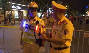 CSGT mặc trang phục nhấp nháy trên phố đi bộ Hà Nội