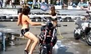 Người đẹp bikini gặp sự cố khi trình diễn bên mô tô
