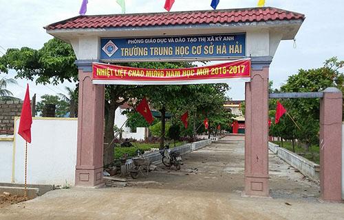 phu-huynh-dong-loat-khong-cho-ca-nghin-hoc-sinh-di-khai-giang
