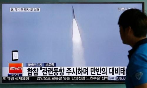 Hình ảnh một vụ phóng tên lửa của Triều Tiên trên truyền hình Hàn Quốc. Ảnh: AP.