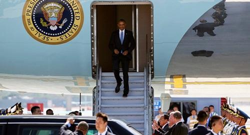 Tổng thống Obama bước xuống từ chuyên cơ tại sân bay Hàng Châu, Trung Quốc. Ảnh: Reuters